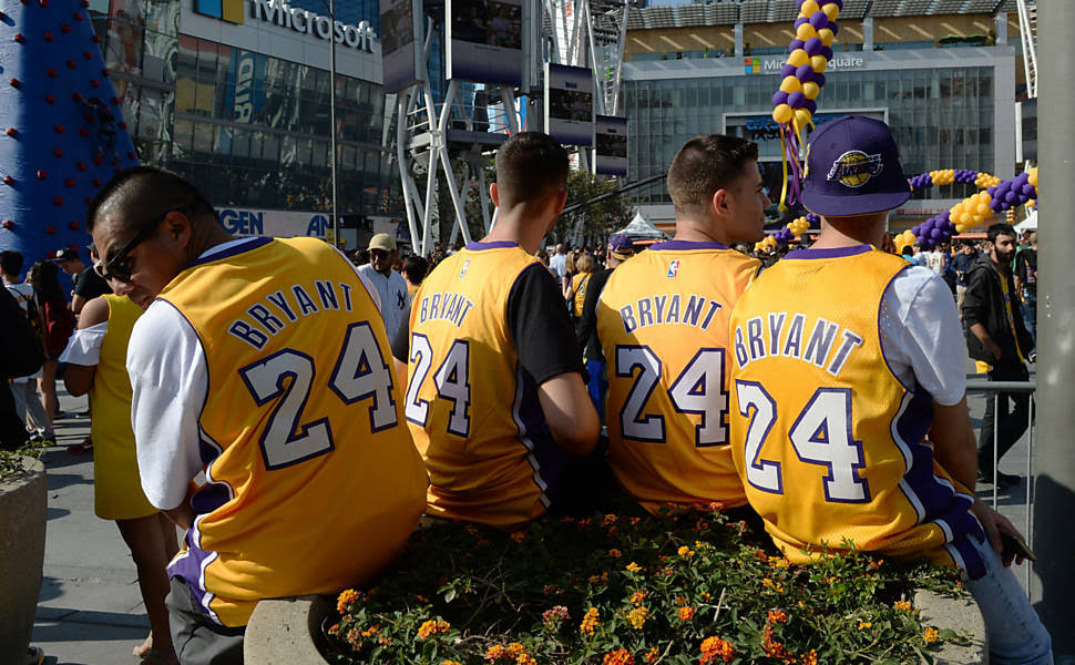 Torcedores com a camisa de Kobe Bryant em frente ao Staples