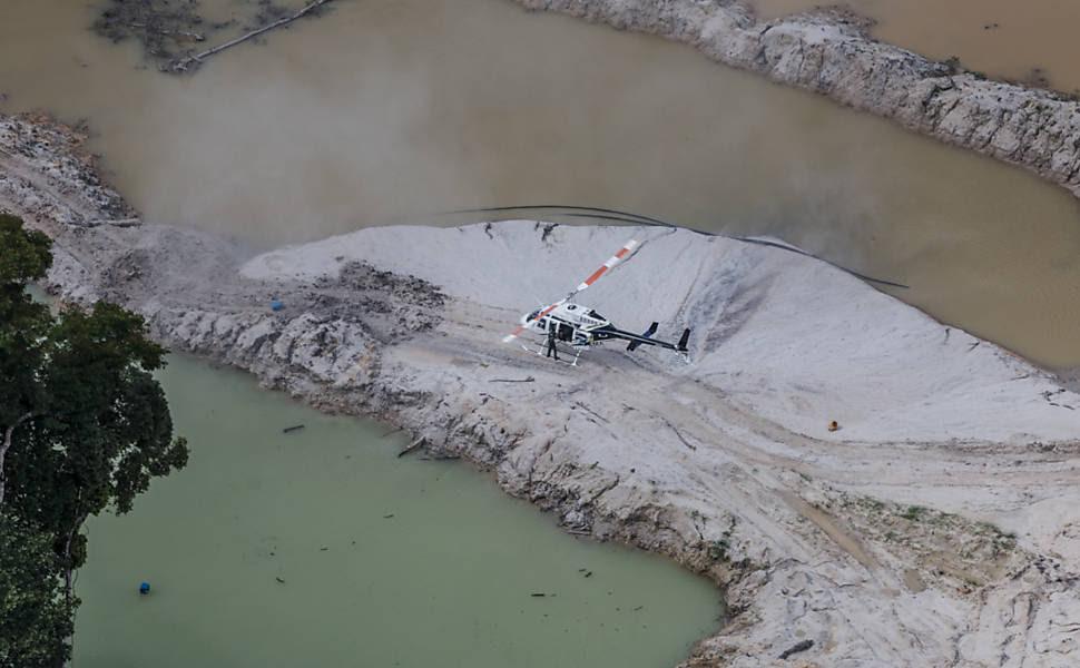 GEF, equipe de elite do IBAMA, desembarca na área de garimpo.