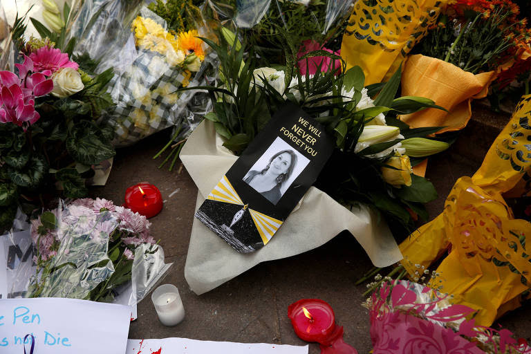 Flores e velas deixadas em memória da jornalista Daphne Caruana Galizia