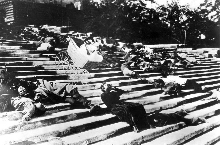 O início do período comunista teve o apoio de artistas de vanguarda, como o cineasta Serguei Eisenstein, que retratou a revolta do encouraçado Potemkin no filme de mesmo nome, de 1925