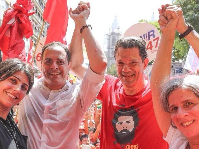 Fernando Haddad e Manuela d'Ávila ao lado de Paulo Câmara, candidato ao governo de Pernambuco, durante comício