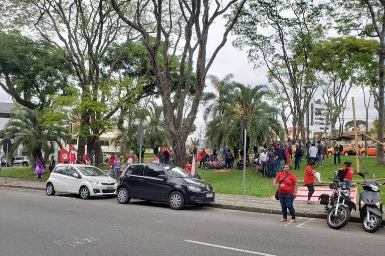 Manifestantes se dividem entre a vigília por Lula em frente à PF em Curitiba e a Justiça Federal, onde a juíza deve decidir sobre a soltura de Lula
