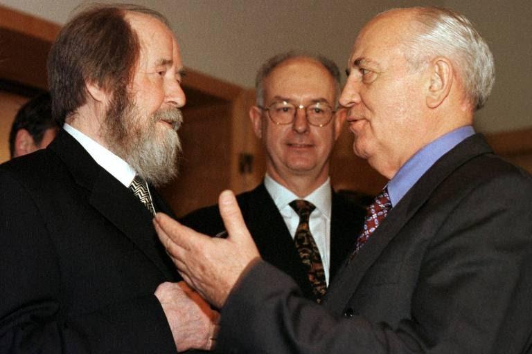 Soljenítsyn conversa com o ex-líder soviético Mikhail Gorbatchov (à dir.) na Embaixada da Suécia em Moscou, em 1998, às vésperas de seu aniversário de 80 anos