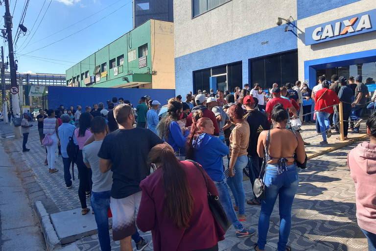 Cerca de 200 pessoas esperavam em fila para sacar auxílio emergencial na agência da Caixa da avenida Sapopemba número 13.446, em São Mateus (zona leste da capital), na manhã desta segunda (27)