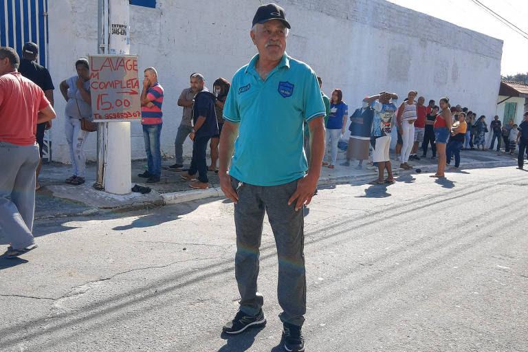 """O prestador de serviços Francisco Pereira de Oliveira, 66 anos, está há mais de 20 dias sem trabalhar e diz esperar conseguir receber o auxílio: """"No aplicativo diz que fui aprovado"""""""