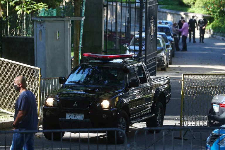 Carros da Polícia Federal na residência de Wilson Witzel, nesta terça-feira (26)