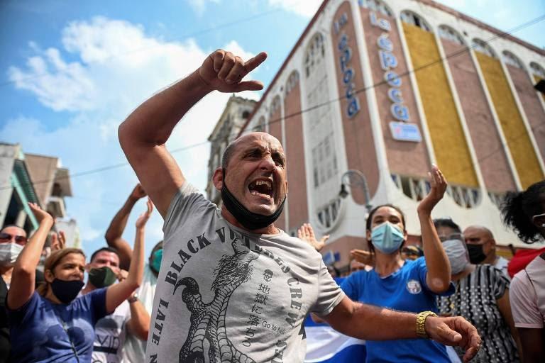 Manifestantes durante protesto contra o governo cubano em Havana