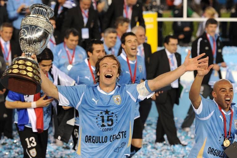 O capitão uruguaio Diego Lugano comemora com a taça de campeão da Copa América 2011